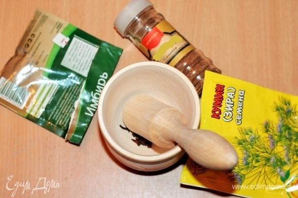 В ступке измельчить гвоздику и зиру, добавить к чечевице. Добавить сухой имбирь и перемешать.