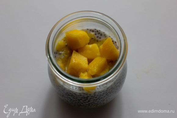 Затем положить кусочки манго.
