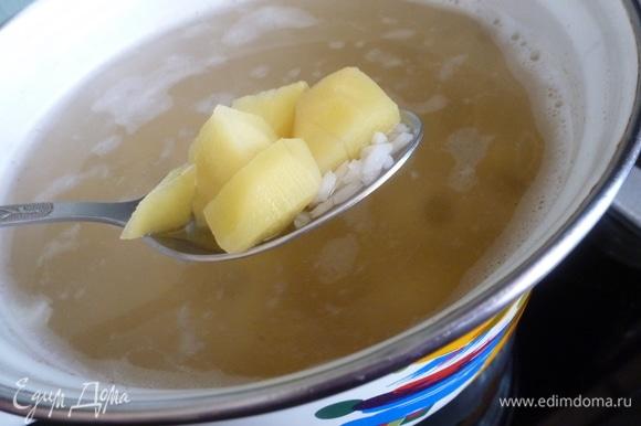 В бульон отправляем рис. Когда он закипит, положить картофель и варить, пока они не станут мягкими и не приготовятся.