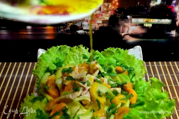 Манго очистить от кожуры, удалить косточку, нарезать на кусочки, добавить к авокадо и курице, перемешать и выложить на блюдо с листьями салата, сверху посыпать зеленью. Приготовим соус: сок от манго смешать с оливковым маслом, добавить ложку меда. Полить соусом салат.