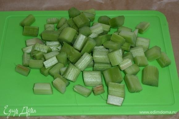 Нарезаем очищенные черешки ревеня. Для приготовления напитка потребуется 200 г очищенного ревеня.