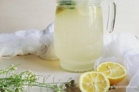 В графин нальем чистую воду, добавим туда наш сок. Перемешаем.