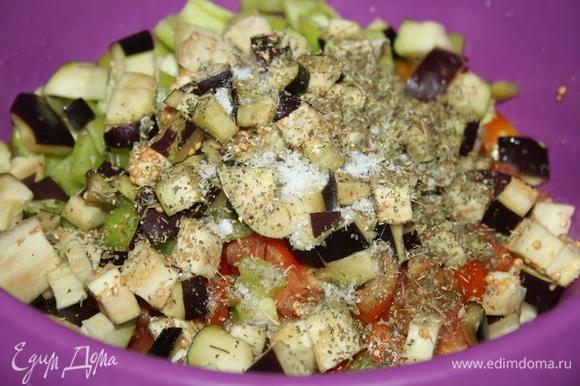 Добавить нарезанный баклажан и чеснок, приправить сухими травами и солью.