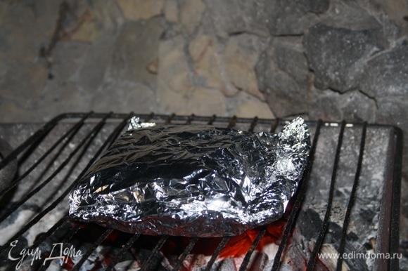 Положить на мангал, готовить на решетке 10 минут.
