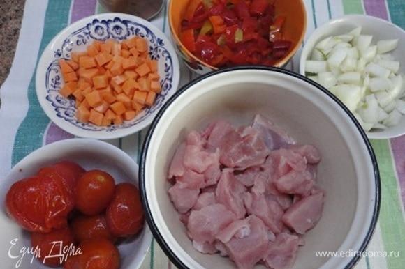 Филе индейки нарезаем кусочками, крупную луковицу — небольшими кубиками. Также нарезаем морковь и болгарский перец (любого цвета). Чеснок мелко порубить. Помидоры сейчас совершенно безвкусные, поэтому я решила использовать томаты в собственном соку, которые готовит моя сестричка из собственноручно выращенных помидоров. Я их очищаю и нарезаю перед готовкой.