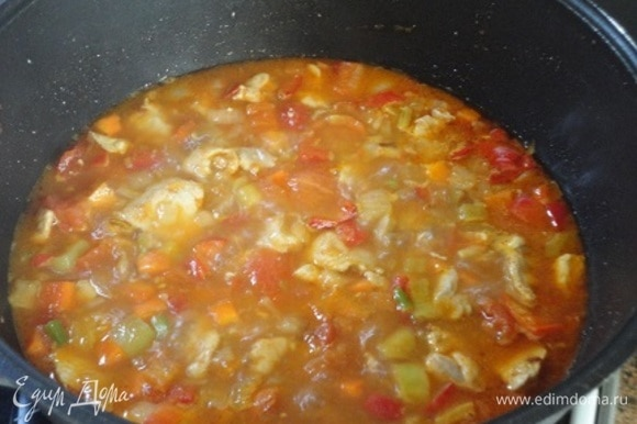 Залить все небольшим количеством воды, чтобы жидкость прикрыла мясо, посолить по вкусу и немного потушить.