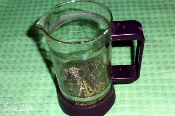 В чайник для заваривания положить травы: мяту, душицу, ромашку.