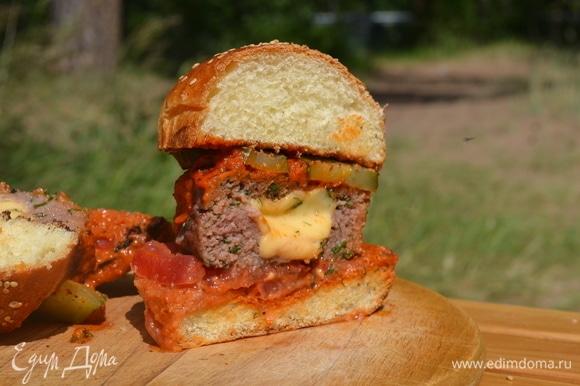 А теперь собираем наши бургеры: булочка, немного соуса, пару ломтиков помидора, котлета, соус, соленые огурчики и снова булочка. Бургеры готовы! Приятного аппетита!