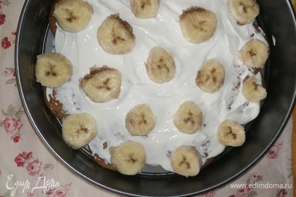 Далее — слой бананов кружочками (я брала переспевшие, мне такие больше нравятся; ушло два банана весом 270 г). Можно также добавить банан в крем, но чувствоваться они будут слабее. По идее, можно заменить на любой фрукт или ягоды по вкусу, мне на грудном вскармливании подходил именно банан.