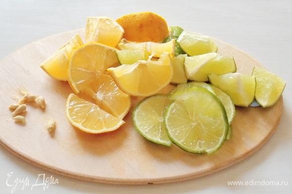 Цитрусовые хорошенько помыть щеткой под горячей водой, чтобы удалить вещества, которые сохраняют фрукты, но совсем не полезны нашему организму. Нарежьте их на кусочки и удалите семечки — иначе они придадут горечь, а это нам совсем не нужно.
