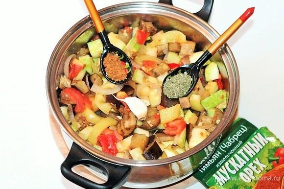 Закладываем в казан (или кастрюлю) остальные подготовленные овощи: баклажаны, кабачки и помидоры. Добавляем приправу: тимьян, мускатный орех, перец черный молотый и соль, перемешиваем и оставляем тушиться на 3 минуты.