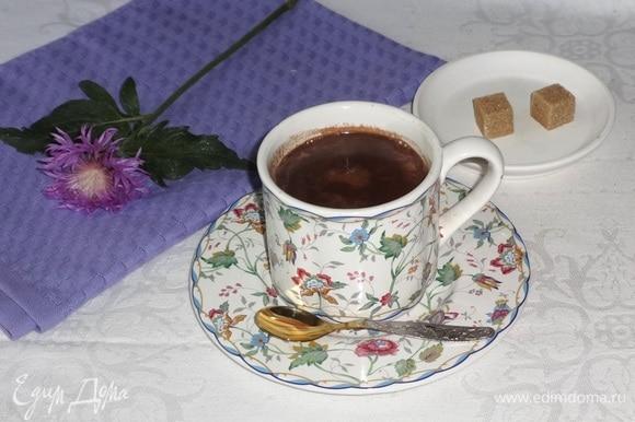 Долить в чашку молоко с шоколадом. Сразу же подать напиток к столу. По вкусу можно добавить сахар. Угощайтесь! Приятного аппетита!