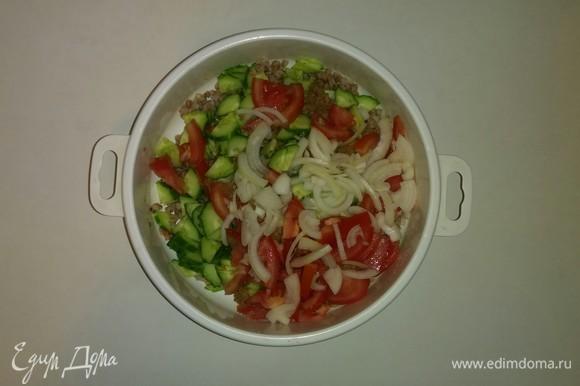 В емкость к гречке добавляем нарезанные овощи, консервированного тунца, оливковое масло и соль. Перемешиваем все вместе. Ставим на 20 минут в холодильник. Приятного аппетита!