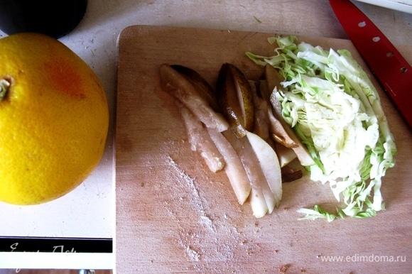 Нарезаем молодую капусту и грушу тонкими полосками, нарезаем лук и приправляем грейпфрутом. Выкладываем розмарин и маленькие кусочки французского сыра с плесенью.