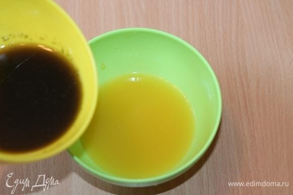 Соедините процеженную мятную массу со сладким лимонно-апельсиновым соком, перемешайте.