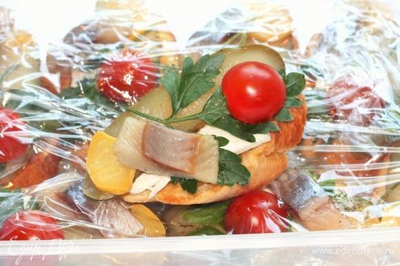 Кладете брускетту в контейнер, укрываете пищевой пленкой и берете на пикник. Отличного вам пикника!