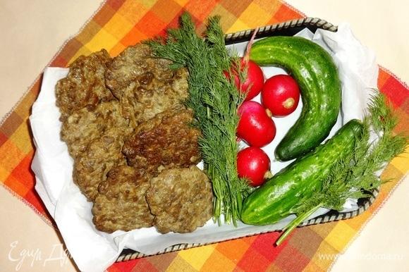 Собираемся на пикник и, конечно, не забываем взять с собой вкусные и полезные печеночные оладушки. А также много свежих овощей и зелени. Угощайтесь! Приятного аппетита!