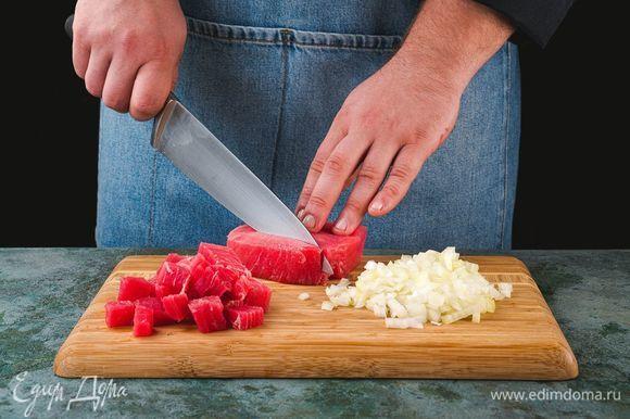 Нарежьте рыбу небольшими кусочками, лук мелко нашинкуйте или натрите на терке.