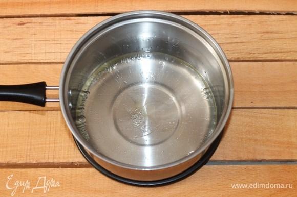 Приготовим тесто. Разогреваем воду и растительное масло, добавляем соль. Доводим жидкость до кипения.