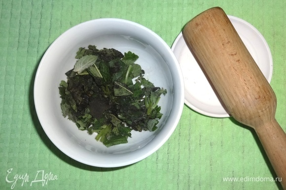 Сложить мяту в чашку и потолочь деревянным пестиком.