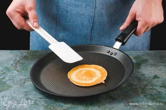Разогрейте сковороду с растительным маслом. Обжаривайте блинчики до золотистого цвета с двух сторон.