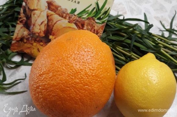 Берем необходимые ингредиенты и подготавливаем их: апельсин, лимон и эстрагон моем, воду кипятим и остужаем до 70°C.