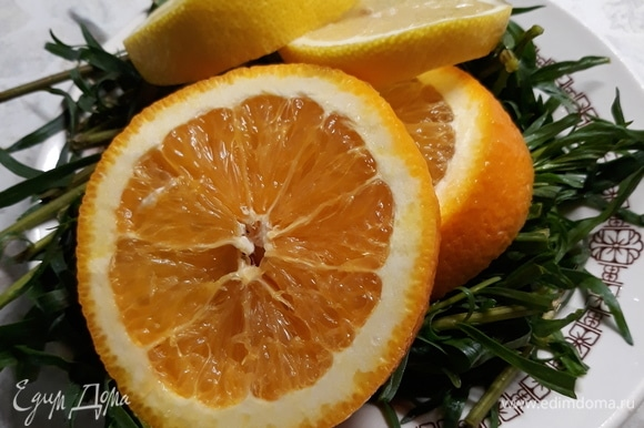 От апельсина и лимона отрезаем по 2 дольки и немного их мнем руками. Эстрагон тоже лучше немного помять, тогда он максимально отдаст напитку свой вкус и аромат.