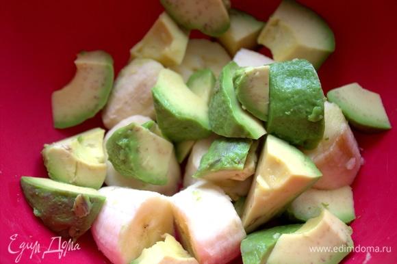 Авокадо тоже поделить на кусочки и сбрызнуть лимонным соком.