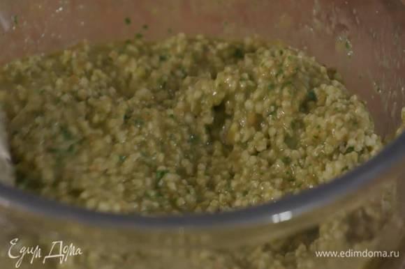 Приготовить начинку: мякоть помидоров соединить со шпинатом, базиликом и чесноком, влить 2 ст. ложки оливкового масла, все немного посолить и взбить погружным блендером в однородную массу, затем добавить пшено и перемешать.