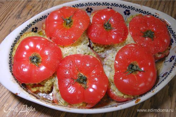 Готовые помидоры полить оставшимся оливковым маслом, посолить и поперчить.
