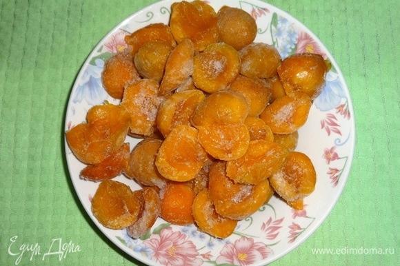 Если абрикосы свежие, их нужно помыть, обсушить, удалить косточки. У меня замороженные абрикосы, размораживать их не нужно. Вес абрикосов указан в чистом виде без косточек.