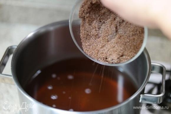 Налейте в кастрюлю отвар корицы и имбиря, добавьте сахар, перемешайте и поставьте на огонь.