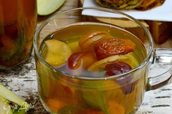Компот налить в графин и подать своим любимым эту кладезь витаминов и энергии!