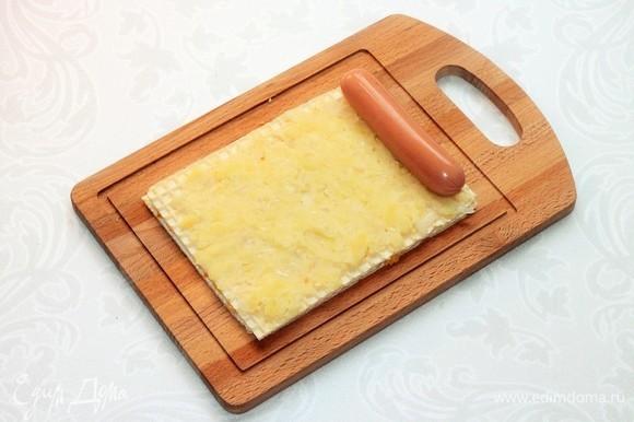 Затем кладем горячее картофельное пюре и сосиску. Даем время вафле немного размягчиться (2–3 минуты).