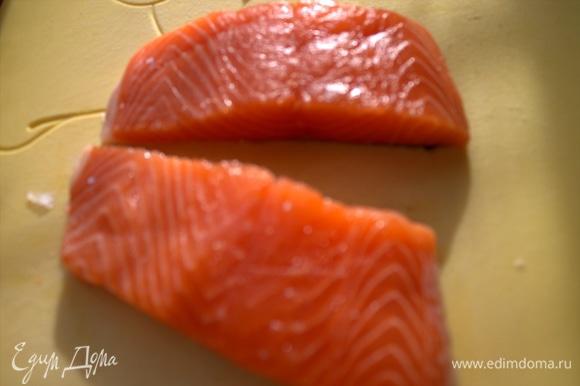 Отделить филе лосося от кости или купить уже готовое филе. Поделить на 2 кусочка.