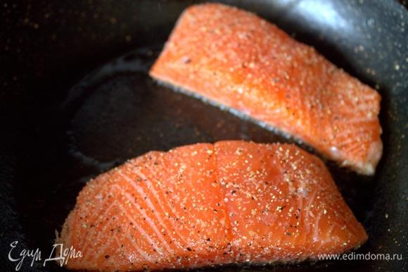 Обжарить на гриле или на сковороде с толстым дном по 3 минуты с каждой стороны.
