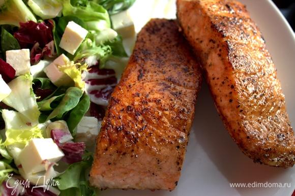 Насыпать сверху на салат. Рядом выложить рыбу.