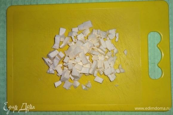Адыгейский сыр нарезать мелкими кубиками.