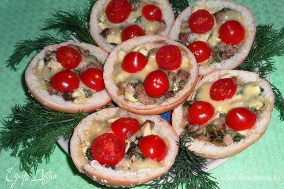 Горячая мясная закуска в булочках готова. Подаем на завтрак или ужин, украсив зеленью.