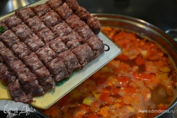 Колбаски нарезаем на фрикадельки и добавляем в суп. Посолить, добавить приправы.