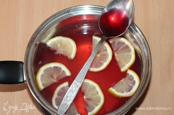 Добавить сок ягоды, перемешать и дать настояться под крышкой примерно 30 минут. Сироп будет приобретать все более яркую окраску.