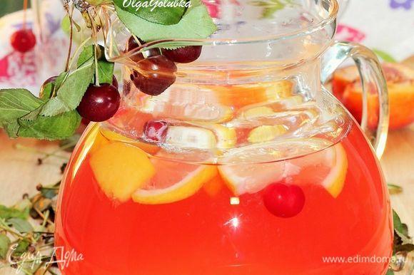 Сироп перелить в кувшин. Добавить холодную газированную минеральную воду (1 литр). Можно добавить немного листиков мяты и дольки лимона.