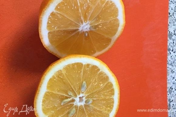 Нарезаем 2 лимона на дольки.
