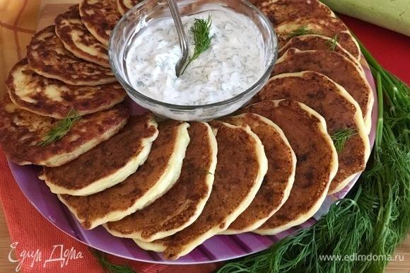 Для соуса мелко нарезать зелень, измельчить чеснок и смешать все с йогуртом. Посолить по вкусу.