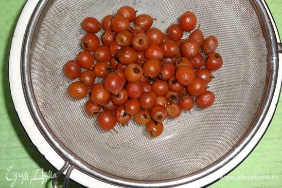 Отвар боярышника с ягодами процедить через мелкое сито. Отвар вернуть обратно в кастрюлю и поставить на небольшой огонь.