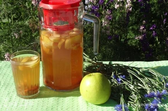 Охлажденный напиток перелить в кувшин, банку или термос.
