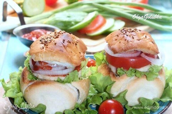 Бургеры готовы! Они получились хрустящие, сочные, сытные, ароматные и очень вкусные!