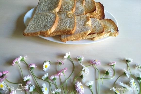 Возьмем хлеб для тостов, поджарим его немного на сухой сковороде.