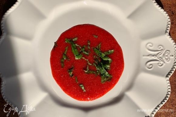 Выложить на тарелку клубничный соус, добавить базилик.