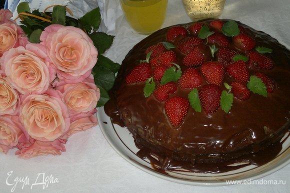 Достать торт из холодильника. Смазать верх глазурью. Украсить половинками и целыми ягодами клубники и листьями мяты. Поставить в холодильник еще на несколько часов.
